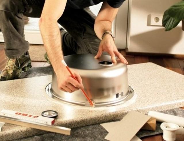 Вырезать отверстие под мойку в столешнице: инструменты для установки
