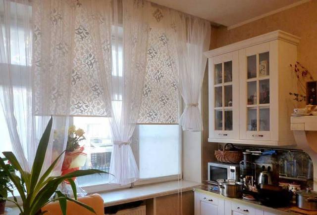 Прозрачные рулонные шторы и тюль для пластиковых окон: сочетание, примеры