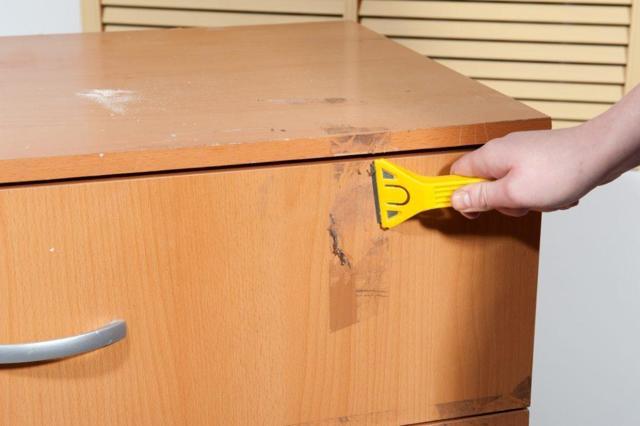 Как удалить следы от скотча с мебели и различных поверхностей